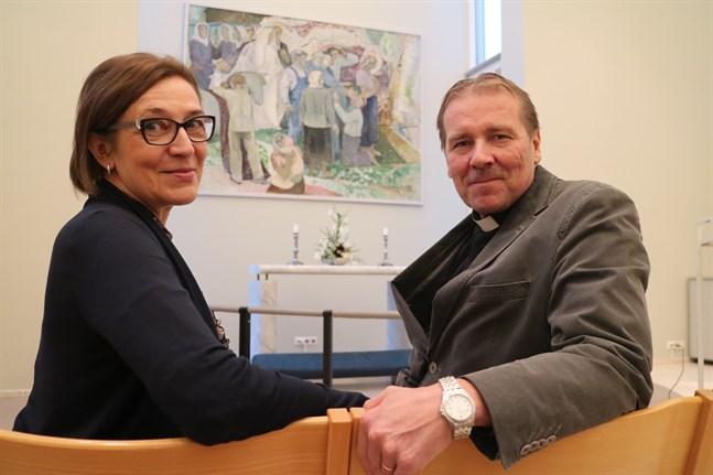 Förvaltningsdirektör Helinä Marjamaa på Karleby kyrkliga samfällighet och Halso församlings kyrkoherde Juha Karhulahti tror att Halsos inträde i samfälligheten kommer att gå smidigt.