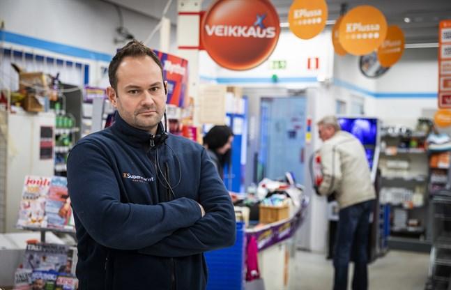 Janne Ylä-Autio bekräftar att det blev en polisutryckning till hans mataffär i Roparnäs på fredag kväll.