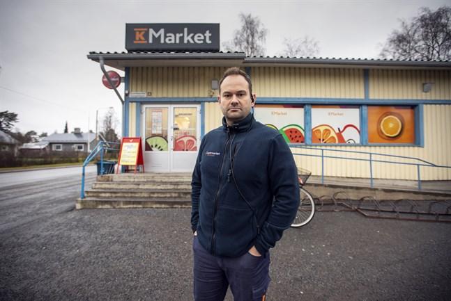 Janne Ylä-Autio är köpman för både K-Market och K-Supermarket i Roparnäs.