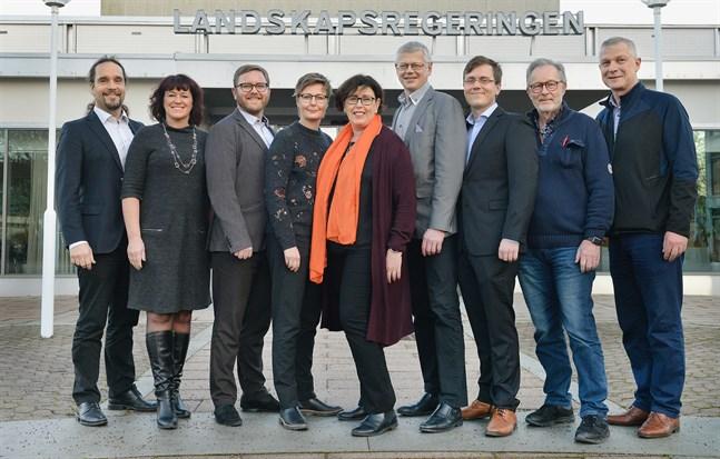 Från vänster: Fredrik Karlström (MSÅ), Annette Holmberg-Jansson (MSÅ), Alfons Röblom (HI), Annika Hambrudd (C), Veronica Thörnroos (C), Harry Jansson (C), Christian Wikström (Ob), Torbjörn Eliasson (C) och Roger Nordlund (C). Torbjörn Eliasson inleder som finansminister, men ersätts nästa år av Roger Nordlund.