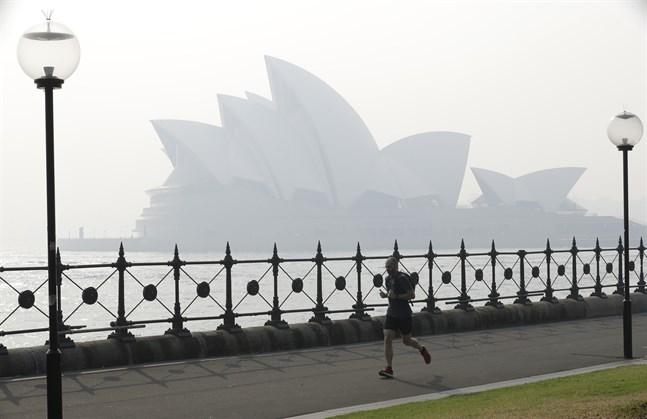 Sydneyoperan sveptes på torsdagsmorgonen åter in i brandrök.