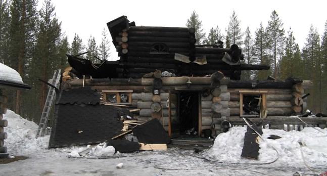 Ingen fullvuxen var på plats när stugan började brinna. Den föräldern hade åkt hem från semestern tillsammans med två av barnen och den andra föräldern var på en spelning den natten.