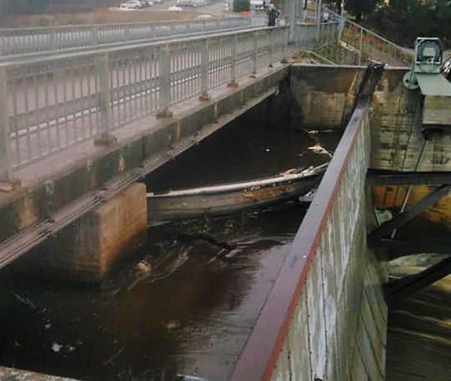Båten dök upp vid kraftverket i dag.