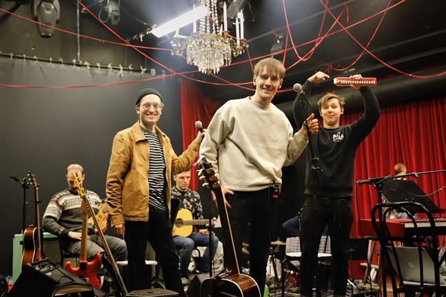 """KAJ övar tillsammans med sitt band inför jubileumskonserten. Melodikan som är bekant från låten """"Tango taas"""" är också med."""