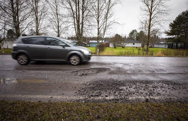 En mild och regnig vinter gör snabbt groparna i vägarna större.