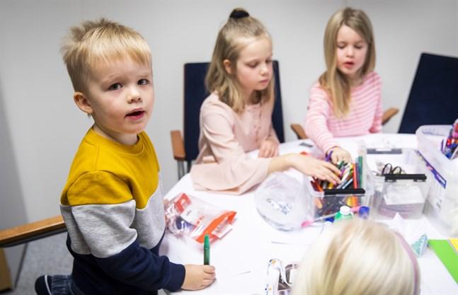 Isak Korhonen, Maya Rodas och Anni Malmsten pysslade ivrigt under barn med på jobbet-dagen.