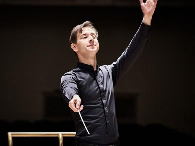 Den unga estniska dirigenten Mihhail Gerts höll det kontrollerade kaosets urladdningar under full uppsikt.