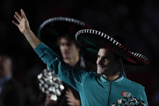 Roger Federer och Alexander Zverev (i bakgrunden) tackar den rekordstora publiken i Mexico City.