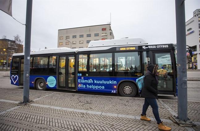 Biogasbussarna i Vasa, här de från Wasa Citybus, är ett exempel på en kommunal miljösatsning som var genomförbar men som krävde ny infrastruktur.