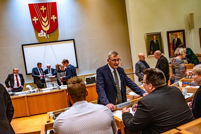 Bernhard Hjulfors, SFP:s kommunorganisations ordförande i Pedersöre, diskuterar med Niclas Sjöskog (SFP) på fjolårets budgetmöte i Pedersöre fullmäktige.