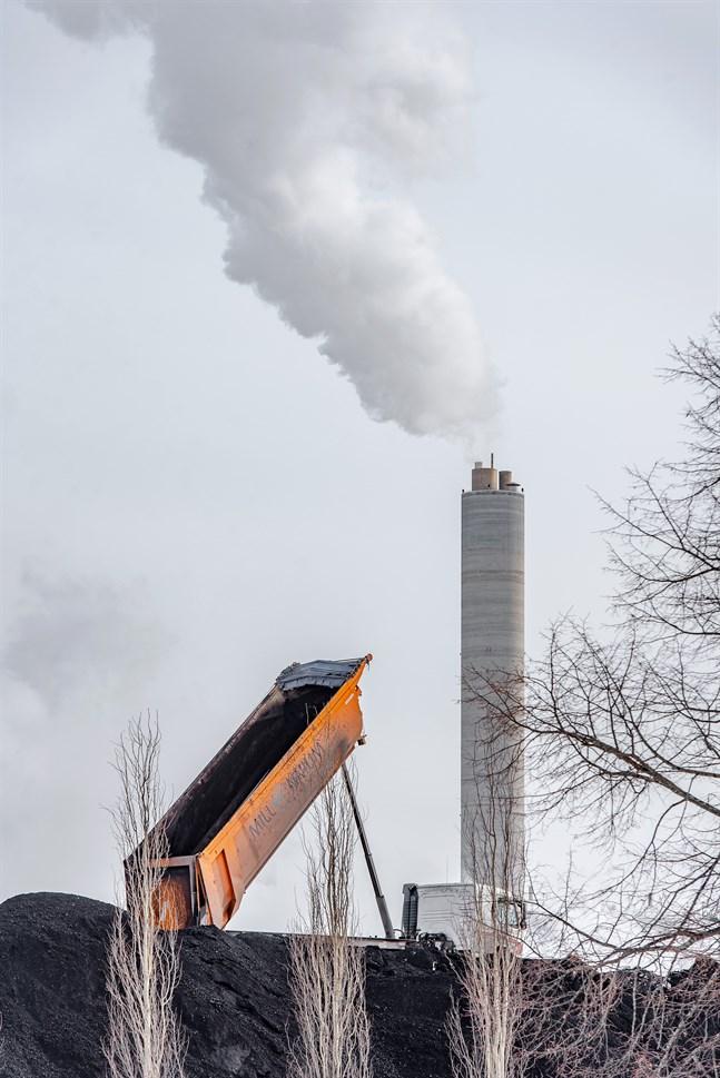 Nätverket Hinku är grundat av finländska kommuner med ambitioner inom klimatpolitiken. Utsläppen ska ner – men kommunerna vid den österbottniska kusten är inte med. – På bilden Alholmens Krafts stenkolslager i Jakobstad.