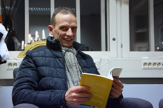 Tom Sörhannus med sin sprillans nya bok Möjligheternas väg.