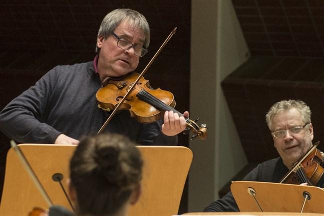 John Storgårds är en framgångsrik dirigent, men har aldrig slutat hålla sig i form som violinist. Nu gästar han Karleby för att leda och spela med MÖK. Till höger i bild syns Reijo Tunkkari.