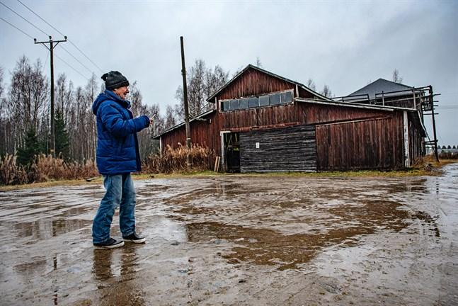 Klas-Erik Kåla utanför Kåla Ångsåg en kall novemberdag. Här har han jobbat sedan 1960-talet.
