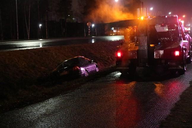 En bärgningsbil var snabbt på plats för att ta upp bilen ur diket.