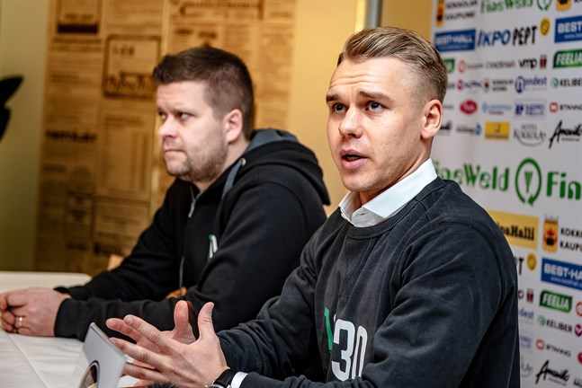 KPV:s senaste nyförvärv Aleksi Pahkasalo tillsammans med assisterande tränaren Niko Kalliokoski.