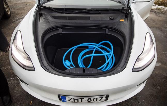 Fler eldrivna bilar skulle minska koldioxidutsläppen från vägtrafiken.