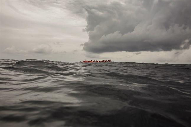 Upp till 16 migranter saknas efter att ha försökt korsa Medelhavet på en liten flotte. Fyra har omkommit.