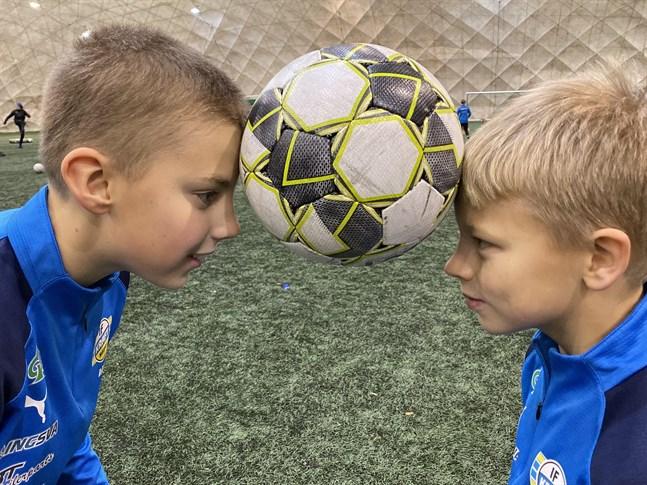 David Bogesic och Arvid Bergvik har kontroll på bollen. Båda ska delta i teknik-FM på lördag.