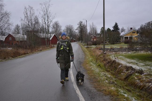 Linda Strengell har börjat motionera mera efter att hon fick sin cancerdiagnos. Familjens hund Salah ser till att matte rör på sig flera gånger om dagen.