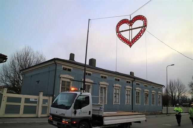 Alerte hängde upp tro, hopp och kärlek-symbolerna under onsdagen.