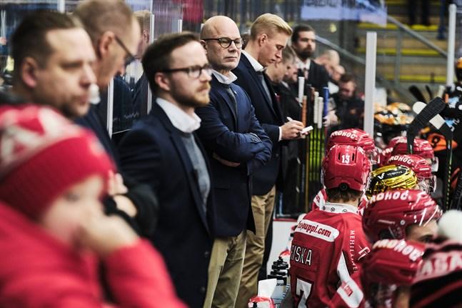 Sports chefstränare Risto Duvfa (i mitten) får ett välbekant ansikte med sig bakom tränarbänken till nästa säsong.