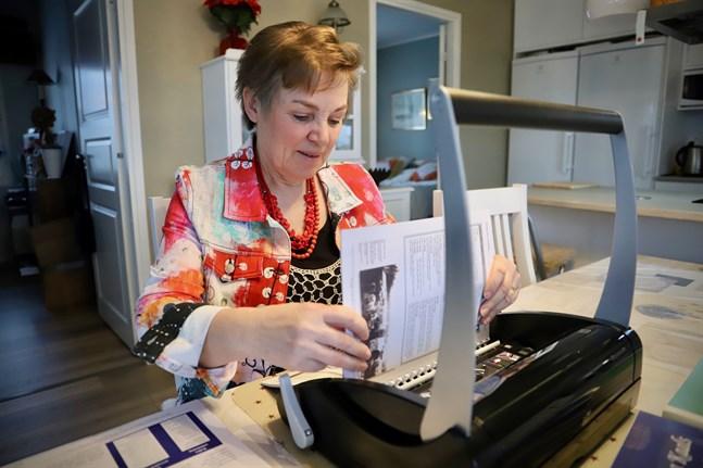 Ruth Bertlin gör sina böcker från början till slut, förutom att hon låter trycka sidorna. Här binder hon in ett exemplar hemma i Kvevlax.