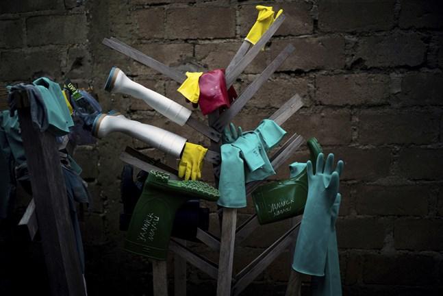 Hjälparbetare som behandlat ebolapatienter har hängt gummihandskar och stövlar på tork vid en ebolamottagning i Kongo-Kinshasa. Arkivbild.