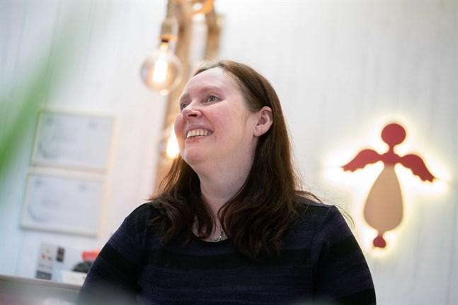Genom att vara egenföretagare har Ann-Sofi skapat ett arbete åt sig som hon mår bra av. Vägglampan i form av en skyddsängel har maken Kim gjort.