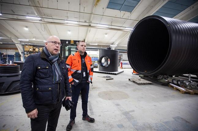 Kari Karjalainen och Teemu Äystö berättar om de projekt som Uponor Infra har runt om i världen.