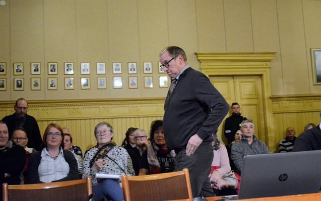 Lars Piira (Saml) röstades bort som jävig när Kaskö stadsfullmäktige behandlade en fusion med Närpes. Det var fel, och Piira kan medverka när fullmäktige nu behandlar fusionen på nytt.
