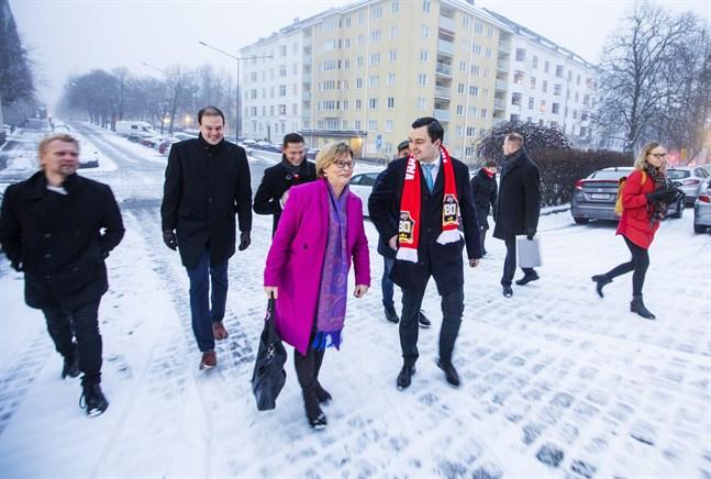 Sari Tanus från Kristdemokraterna diskuterar med SFP:s Joakim Strand under en promenad från Hotell Scandic till Vasa hovrätt.
