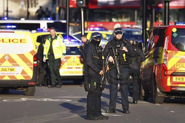 En stor polisinsats pågår på London Bridge i London.