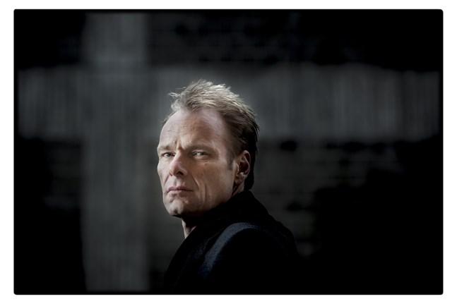 Jonas Bonnier har skrivit en roman om händelserna i Knutby för femton år sedan.