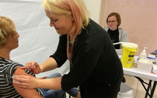 """Smittskyddsskötare Suvi Rekilä var på plats och gav influensavaccin när Soite """"poppade upp"""" i Chydenia på fredagen. I bakgrunden sjukskötare Mia Löfvik från barnsjukhuset."""