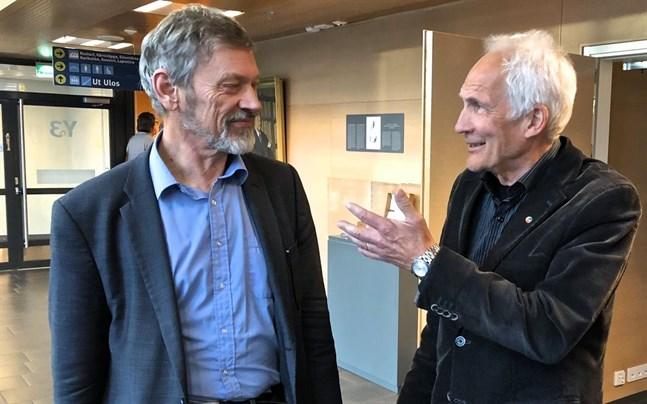 Michael Luther (SFP) i diskussion med Per Hellman (SDP) efter fredagens fullmäktigemöte med Vasa sjukvårdsdistrikt. På sidan står Viktor Kock (SDP).