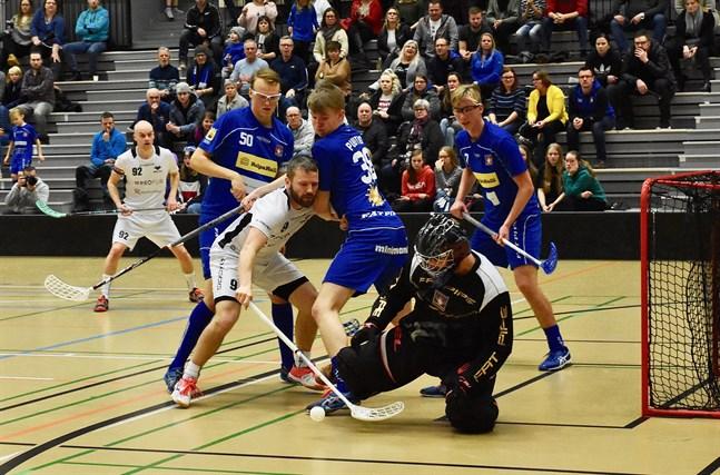 Målvakten Jari Koski-Vähälä noterades för 30 räddningar när Nibacos vann i Vasa. Bilden från höstens match mot Blue Fox.