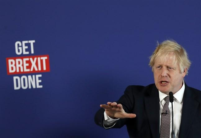 Storbritanniens premiärminister talar under en presskonferens i London.