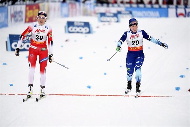 Krista Pärmäkoski och Therese Johaug gick i mål samtidigt i ett lopp där norskan var etta och finländskan tvåa.