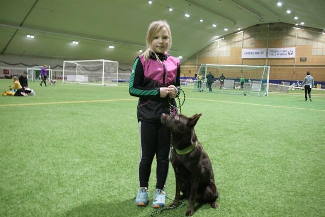 Tävlingarnas yngsta deltagare, nioåriga Emmi Sillanpää, med vännen Putte.