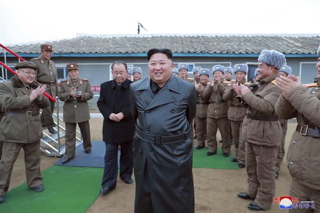 Ett foto på Nordkoreas diktator Kim Jong-Un, som enligt landets hårt styrda medier här reagerar med tillfredsställelse på veckans robottester.