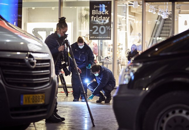 Tekniker på plats efter fredagens knivattack i Haag.