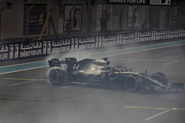 Lewis Hamilton spinner runt i sin Mercedes för att fira sin seger i Abu Dhabi.