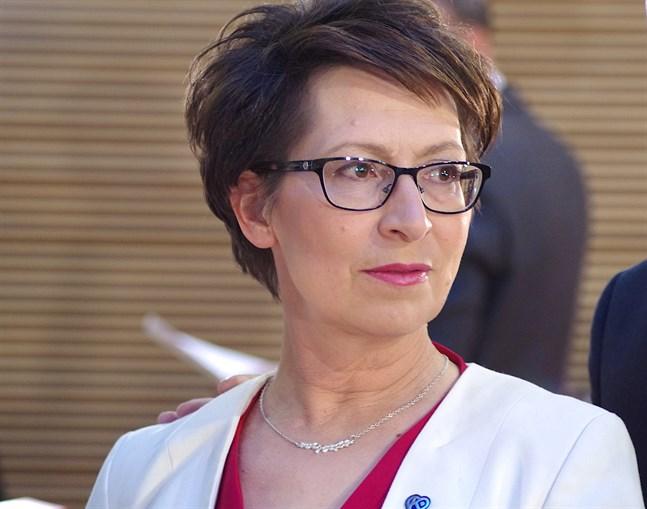 Kristdemokraternas ordförande Sari Essayah kräver svar av utrikesminister Pekka Haavisto (Gröna).
