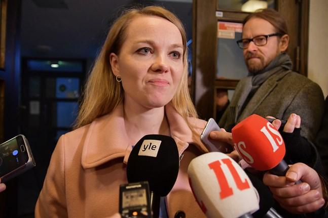 Centerns ordförande Katri Kulmuni talade med pressen efter partistyrelsens möte på måndagen.