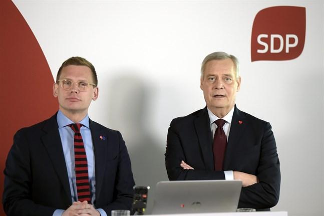 Partisekreteraren Anton Rönnholm och statsministern Antti Rinne kommenterade mötet för medierna strax före klockan 22.