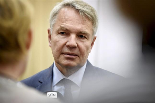 Utrikesminister Pekka Haavisto (Gröna) har råkat i blåsväder efter rykten om att han pressat en tjänsteman på Utrikesministeriet att bryta mot lagen.