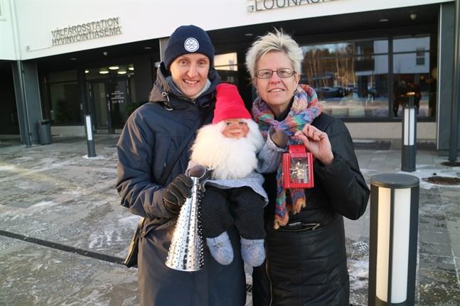 Välfärdschef Sara Åström och bibliotekschef Beatrice Villman är redo att bjuda Larsmoborna på lite julstämning redan på onsdag.