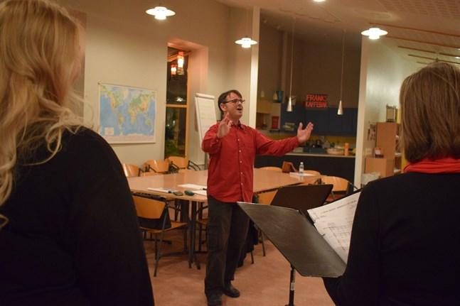 """Alasdair """"Alex"""" Pollock dirigerar The Cantet när de sjunger engelska julsånger. The Cantet har framträtt över 60 gånger sedan 1997, inklusive 22 gånger på English Carol Service."""