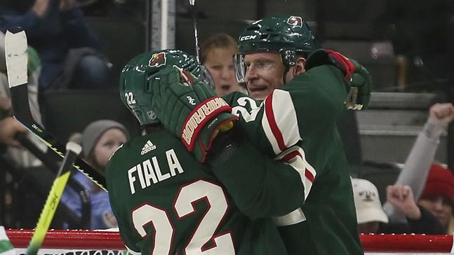 Mikko Koivu (höger) kramar om sin schweiziske lagkamrat Kevin Fiala efter 1–0-målet mot Dallas. Finländarens assist innebar hans 700:e poäng i NHL.